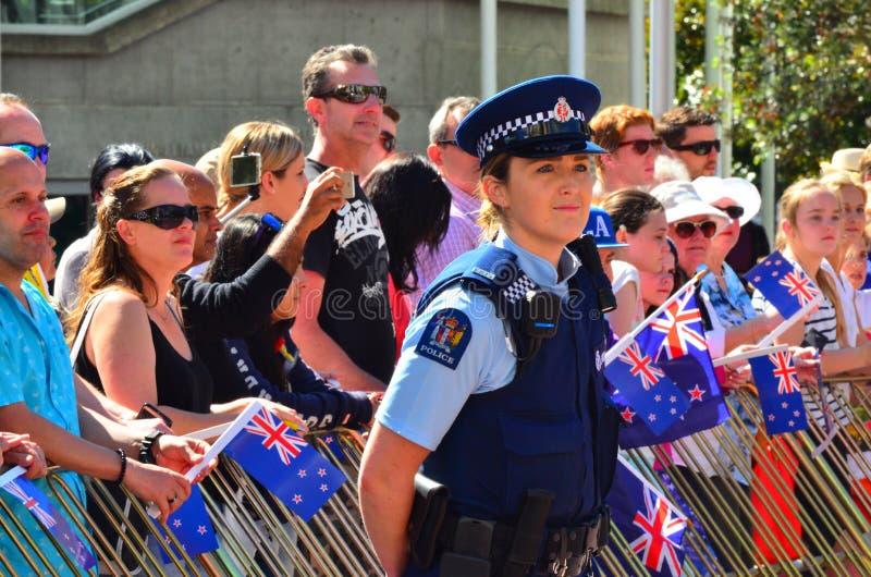 Donna dell'ufficiale di polizia della Nuova Zelanda che custodice folla della gente fotografie stock libere da diritti
