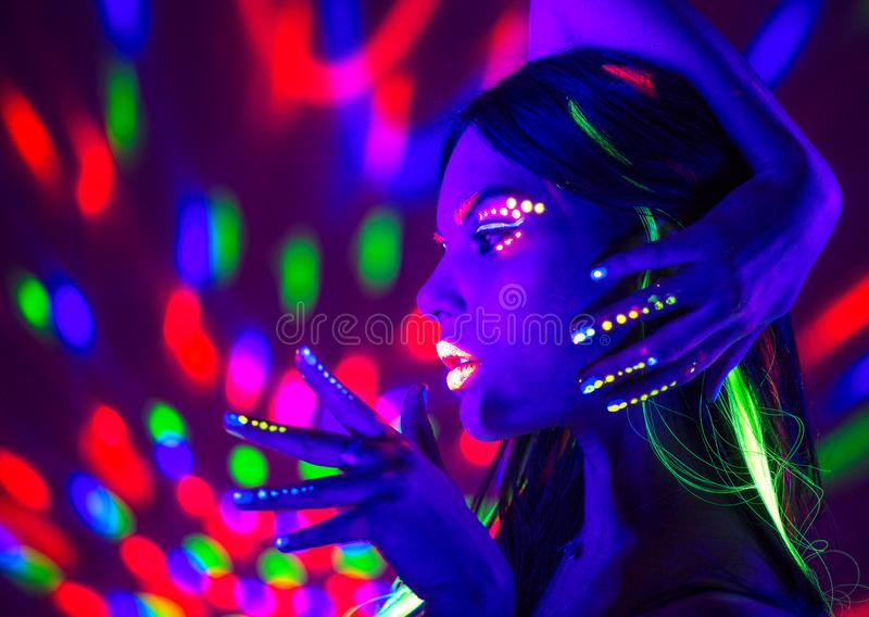 Donna della discoteca di modo Modello ballante alla luce al neon, ritratto della ragazza di bellezza con trucco fluorescente fotografia stock