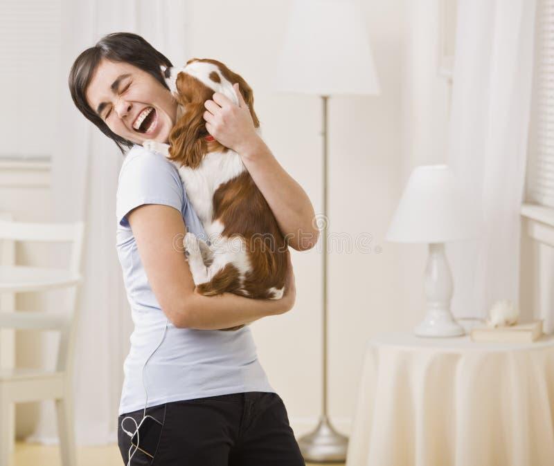 donna della holding del cane fotografia stock