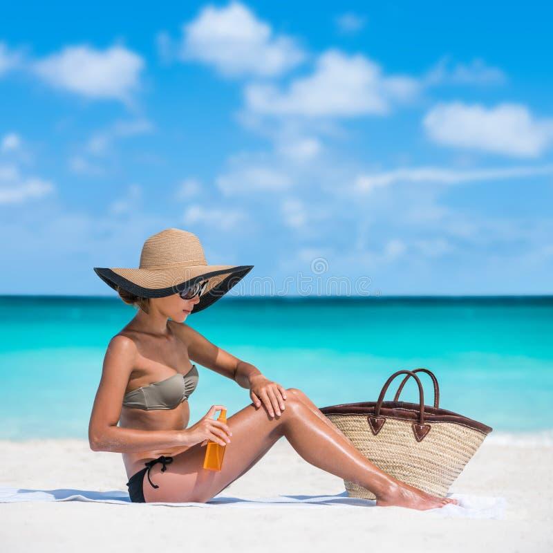 Donna della lozione della protezione solare dello skincare di protezione di Sun fotografie stock