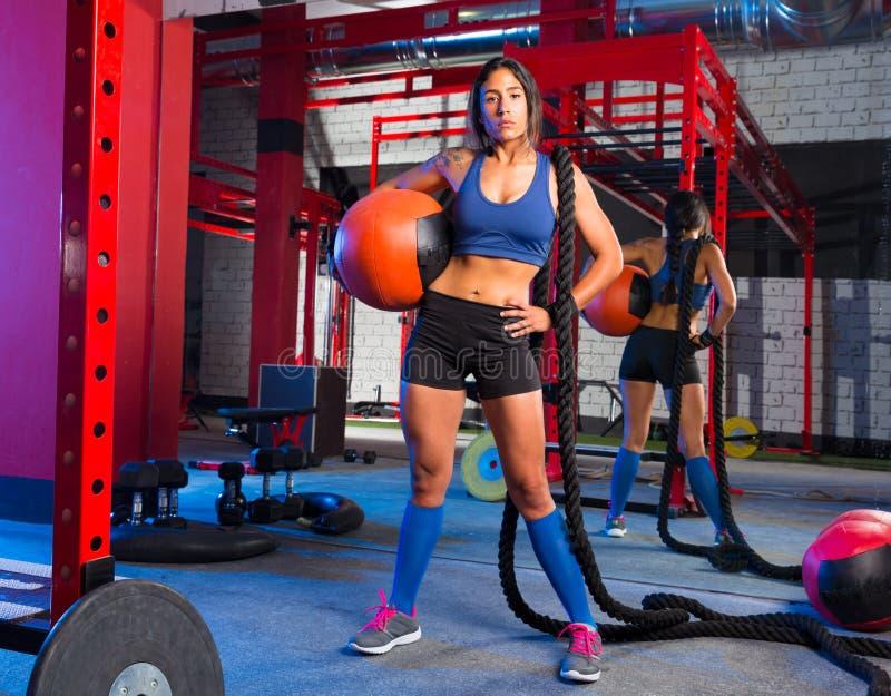 Donna della palestra con la palla e la corda pesate immagine stock