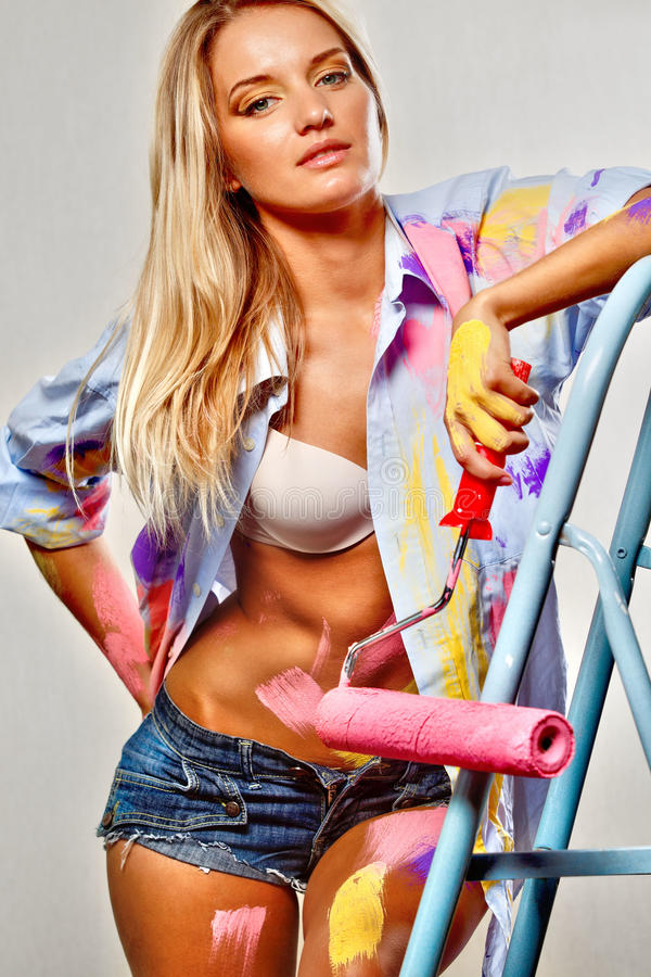 Donna della pittura con i rulli fotografia stock libera da diritti