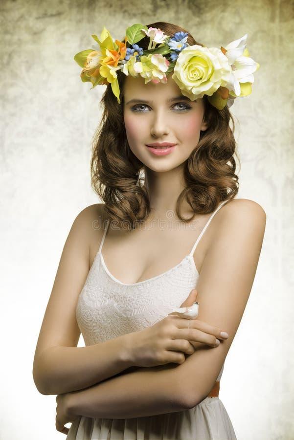 Donna della primavera con i fiori fotografia stock