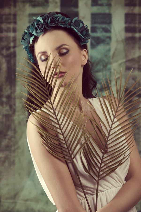 Donna della primavera con le foglii di palma immagine stock