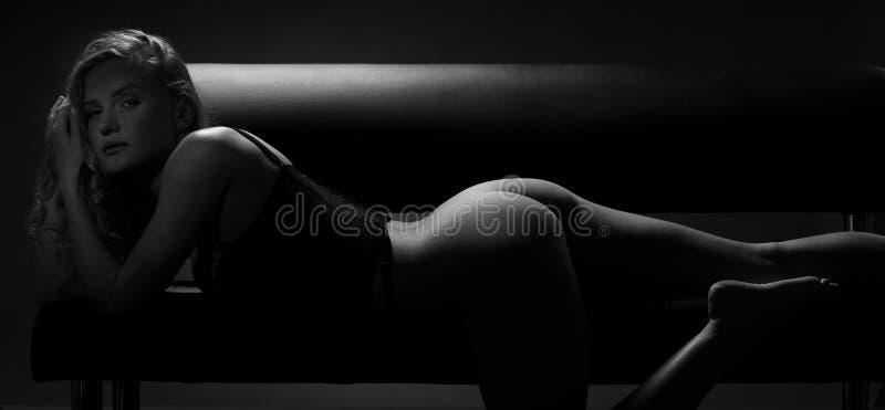 Donna della siluetta in bianco e nero fotografie stock