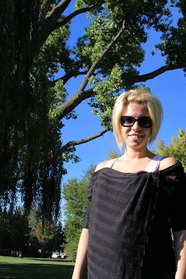 Download Donna della sosta immagine stock. Immagine di aperto, autunno - 7300913