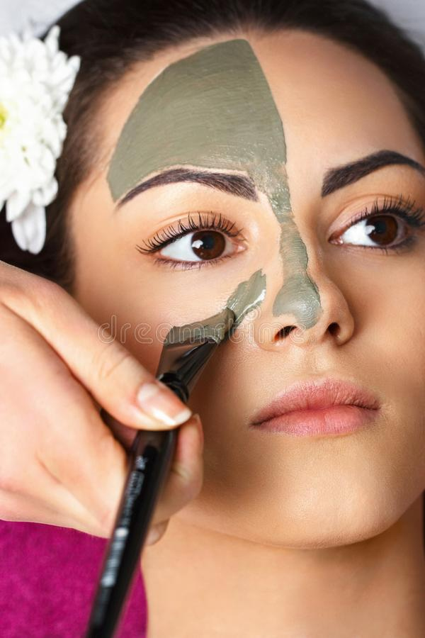Donna della stazione termale che applica la maschera facciale dell'argilla Trattamenti di bellezza Ritratto del primo piano di be fotografie stock libere da diritti