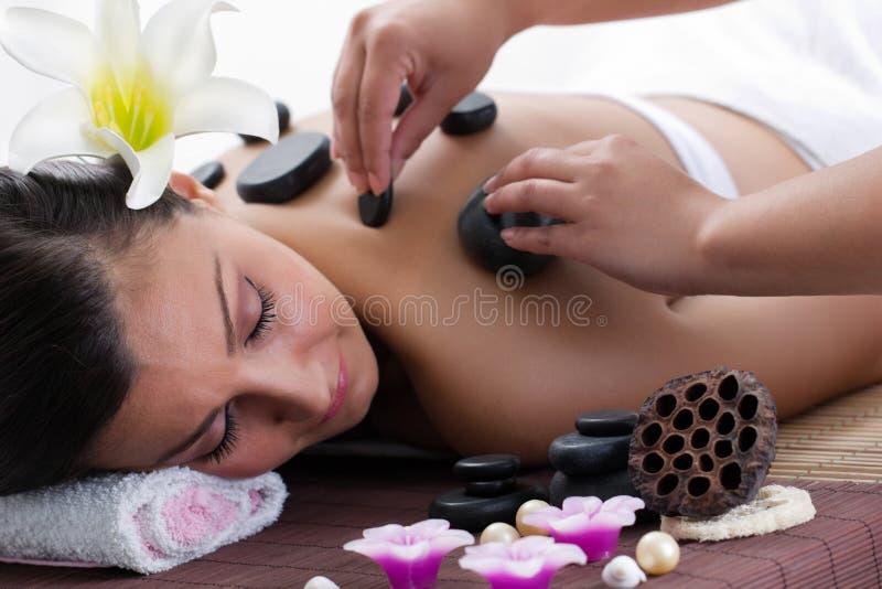 Donna della stazione termale nel salone di massaggi immagine stock libera da diritti