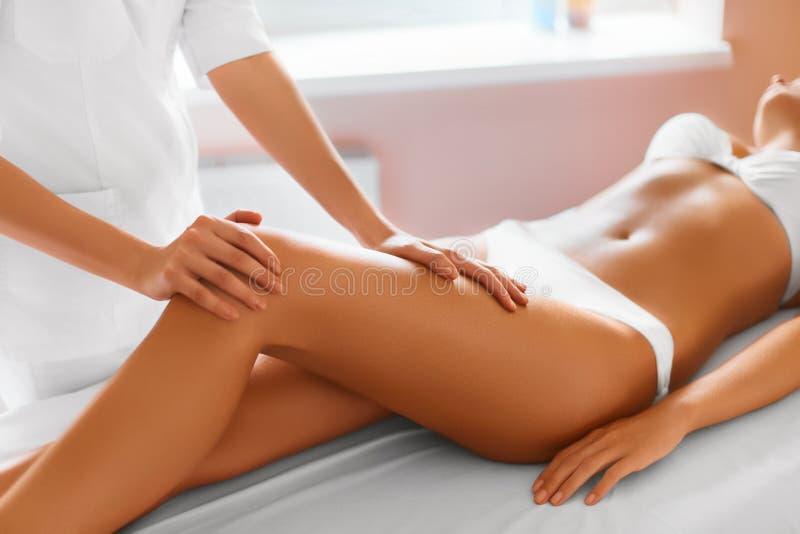 Donna della stazione termale Primo piano della donna che ottiene trattamento della stazione termale Massaggio delle gambe immagini stock