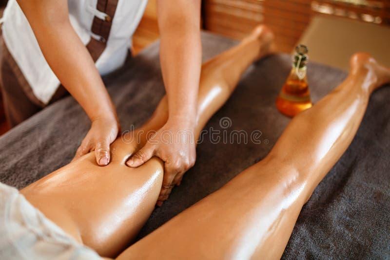 Donna della stazione termale Terapia di massaggio della gamba dell'olio, trattamento Cura di pelle del corpo immagini stock