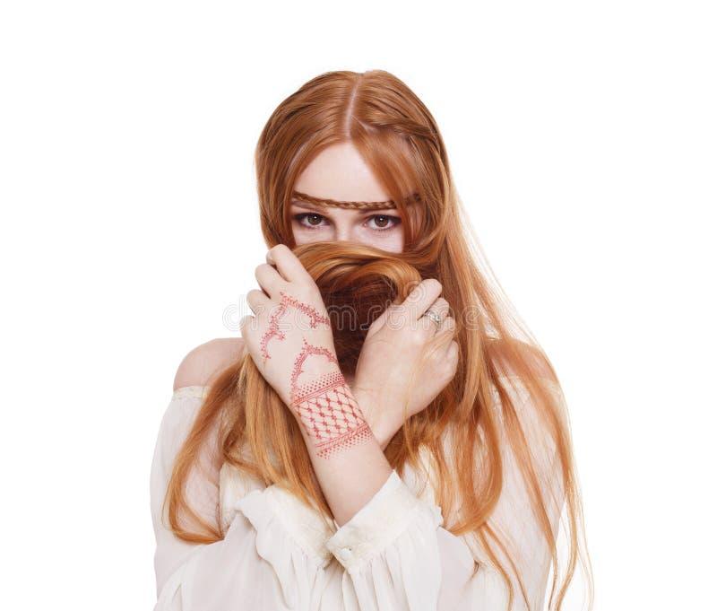 Donna della testarossa di stile di hippy di Boho giovane isolata fotografia stock libera da diritti