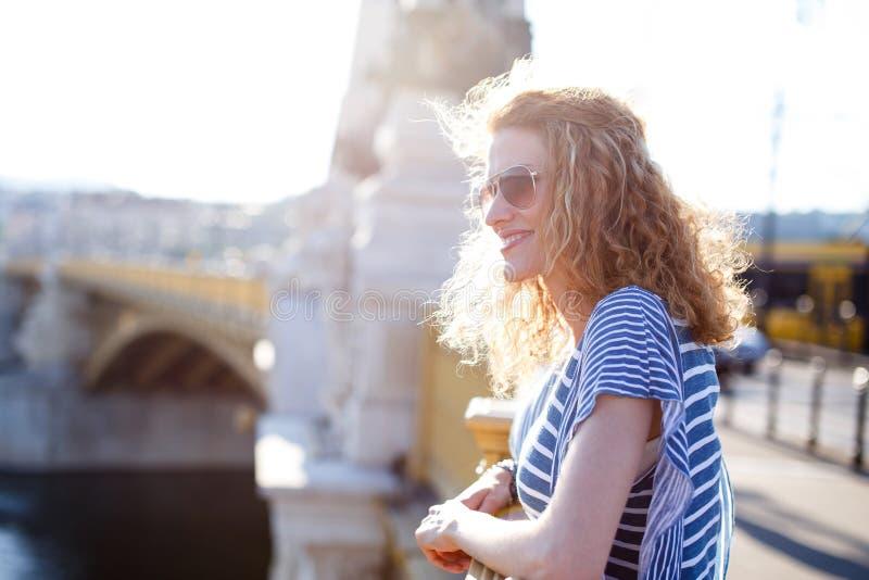 Donna della testarossa sul ponte di Margaret fotografia stock