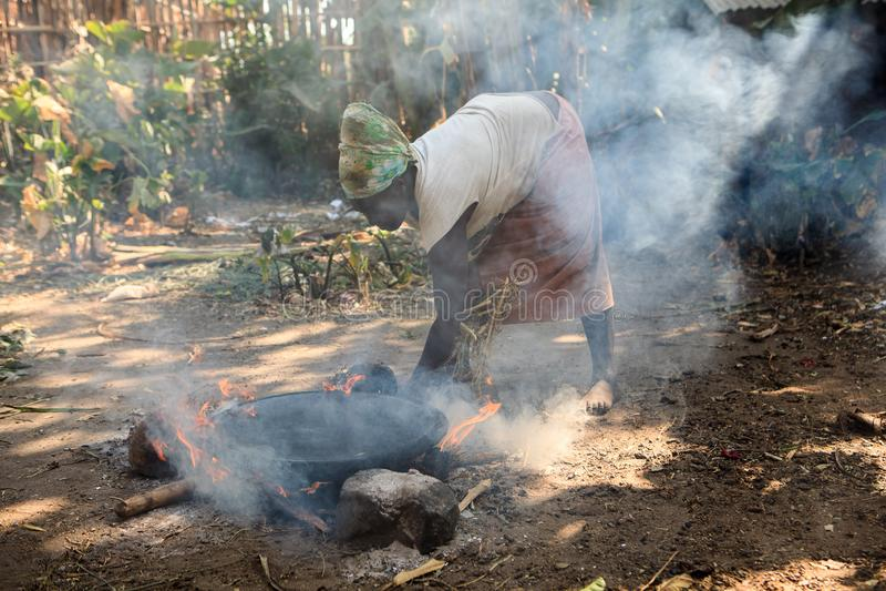 Donna della tribù di Ari che cucina injera fotografia stock libera da diritti