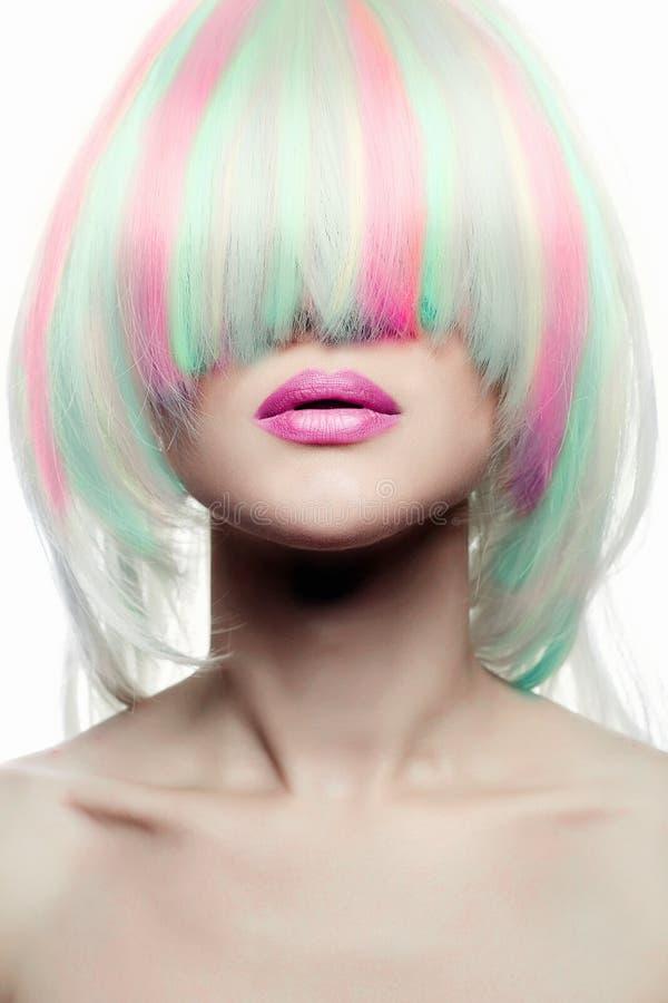 Donna delle acconciature dell'arcobaleno ragazza variopinta dei capelli immagine stock libera da diritti
