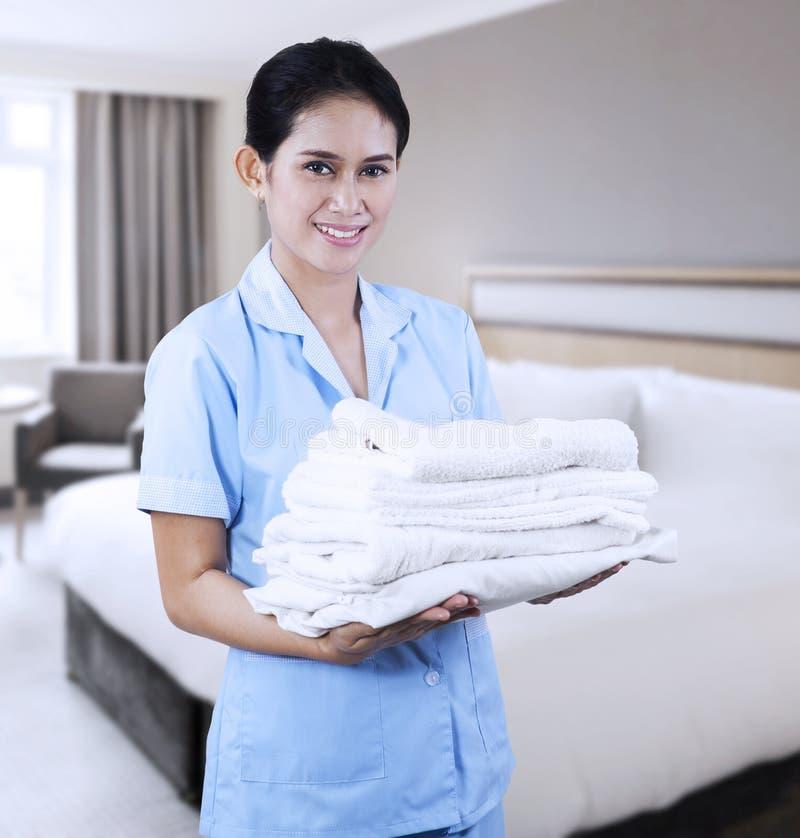 Donna delle pulizie a camera di albergo fotografia stock