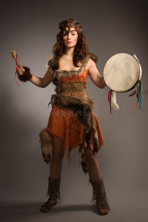Donna dello sciamano con un tamburino in studio fotografia stock