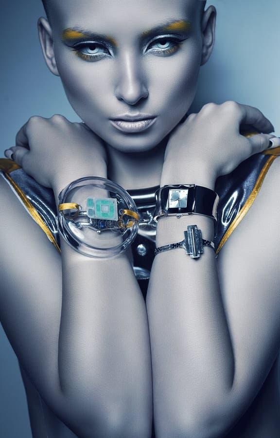 Donna dello spazio con i braccialetti fotografie stock