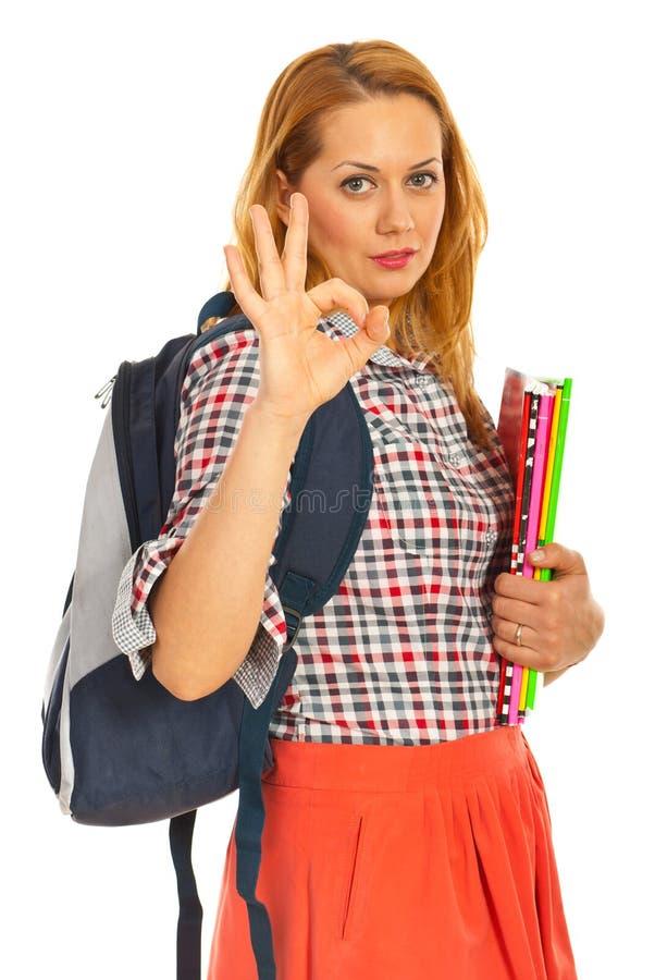 Donna dello studente che mostra okay fotografia stock libera da diritti