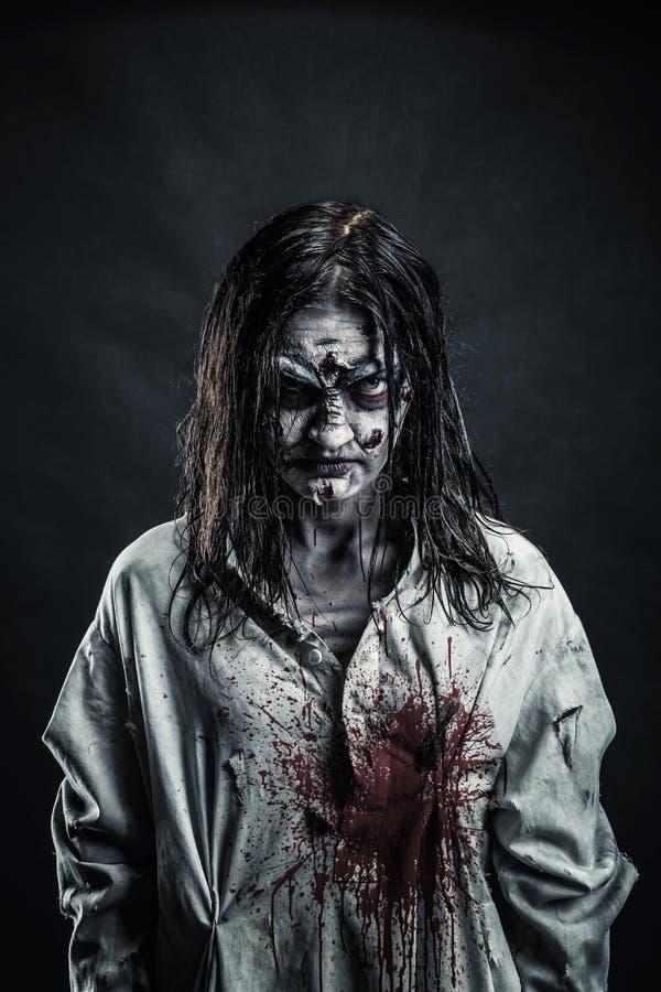 Donna dello zombie con il fronte sanguinoso fotografia stock libera da diritti