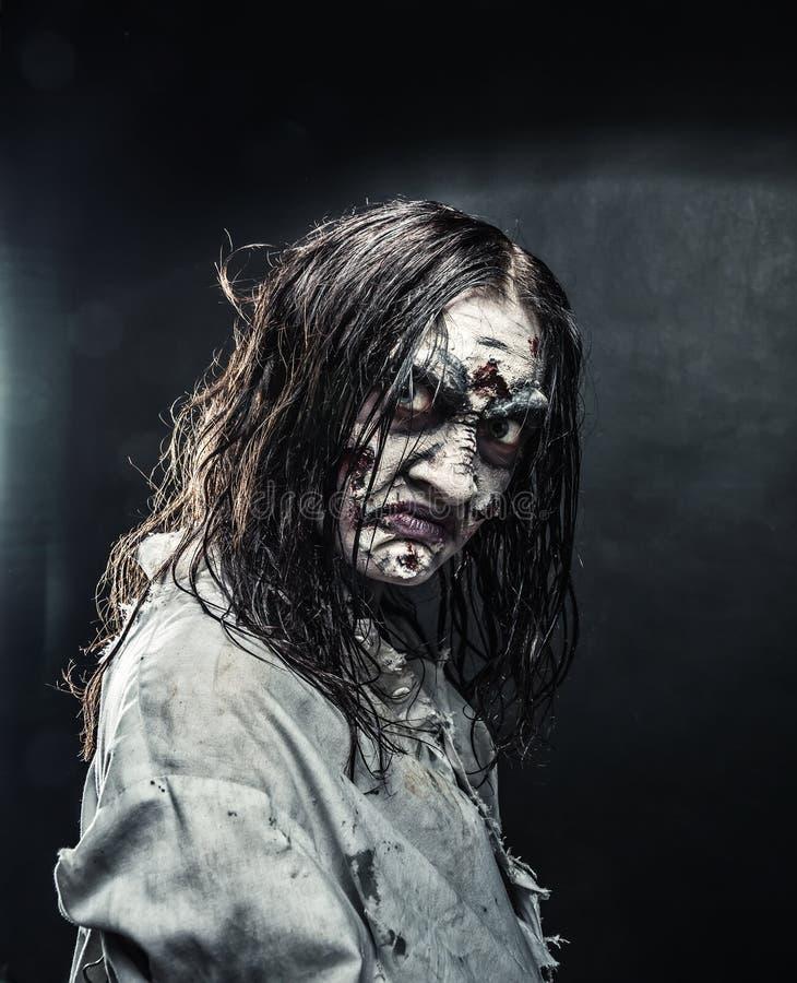 Donna dello zombie con il fronte sanguinoso immagini stock libere da diritti