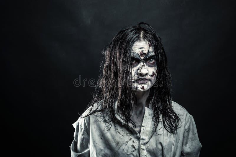 Donna dello zombie con il fronte sanguinoso fotografia stock