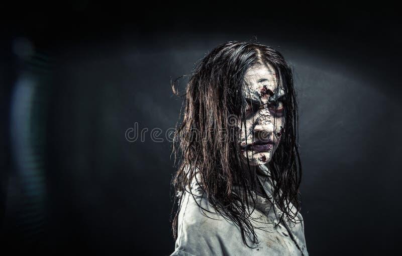 Donna dello zombie con il fronte sanguinoso immagini stock