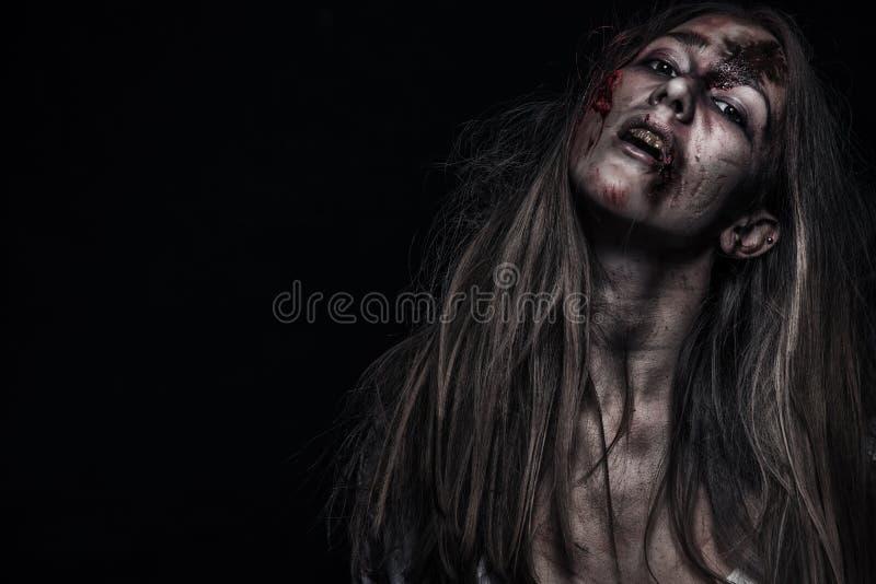 Donna dello zombie, fondo di orrore per il concetto di Halloween e copertina di libro Copi lo spazio immagine stock