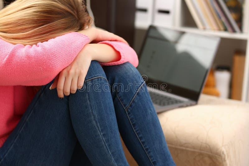 Donna depressa sola infelice che si siede sullo strato immagini stock