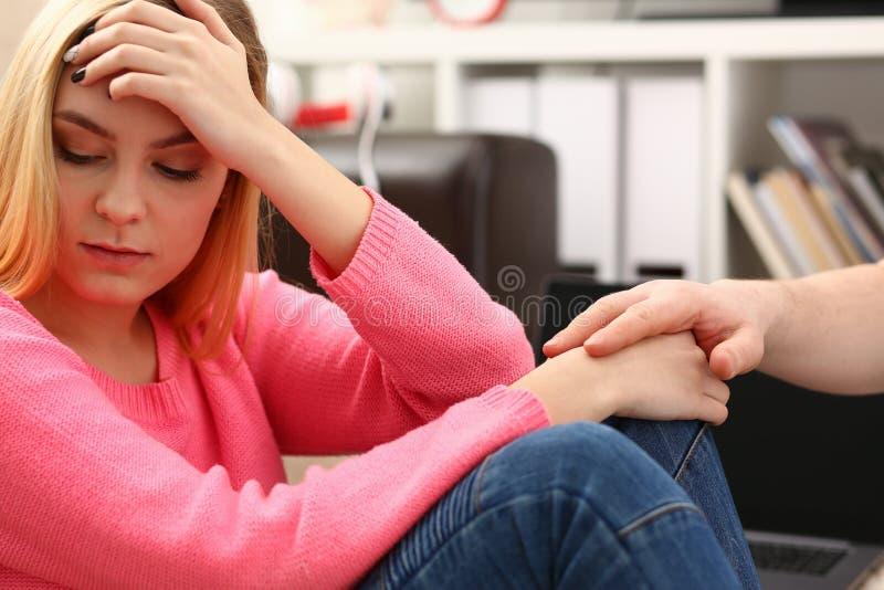 Donna depressa sola infelice che si siede sullo strato immagine stock libera da diritti