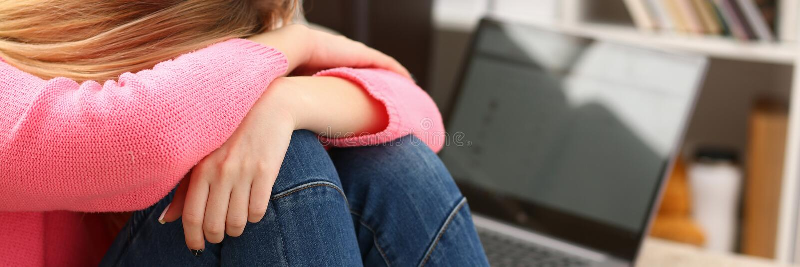 Donna depressa sola infelice che si siede sullo strato fotografie stock