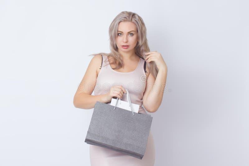 Donna di acquisto con le borse in sue mani fotografie stock