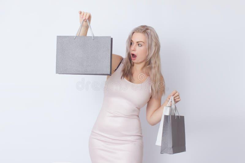 Donna di acquisto con le borse in sue mani immagini stock