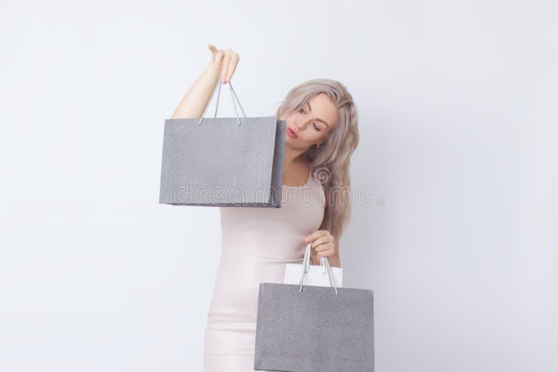 Donna di acquisto con le borse in sue mani immagini stock libere da diritti