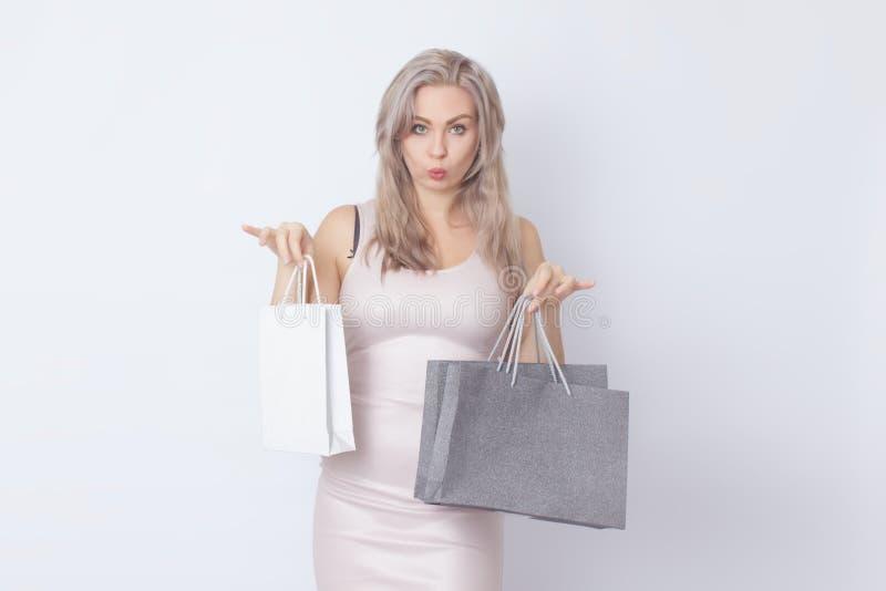 Donna di acquisto con le borse in sue mani fotografia stock libera da diritti