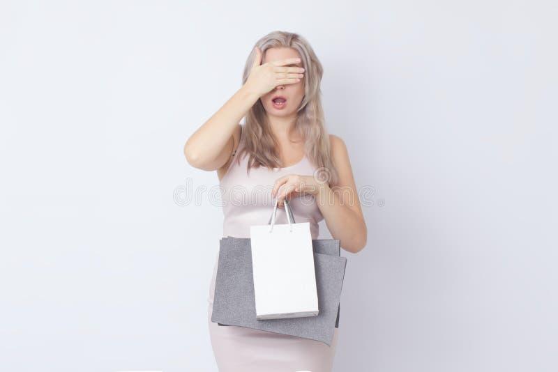 Donna di acquisto con le borse in sue mani fotografie stock libere da diritti