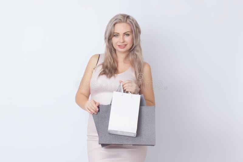 Donna di acquisto con le borse in sue mani immagine stock