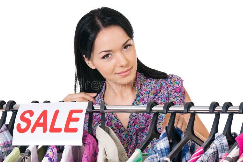 Donna di acquisto su bianco immagini stock libere da diritti