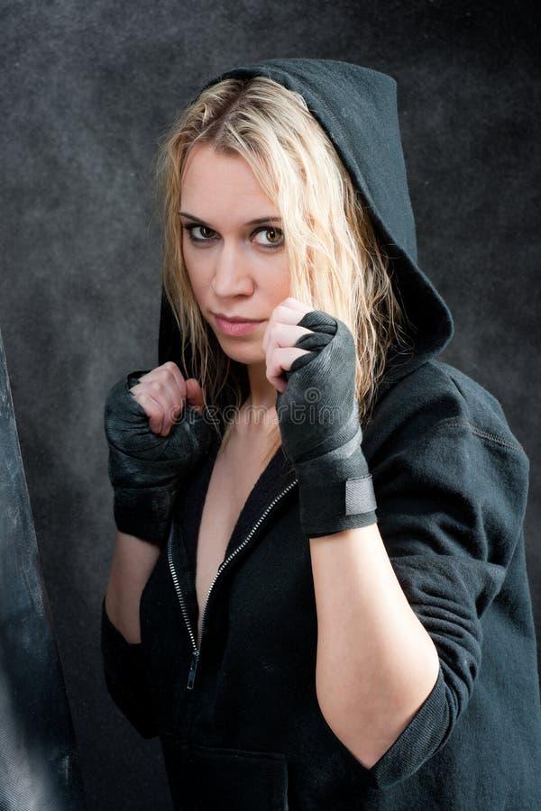 Donna di addestramento di inscatolamento nella priorità bassa nera del grunge immagine stock libera da diritti