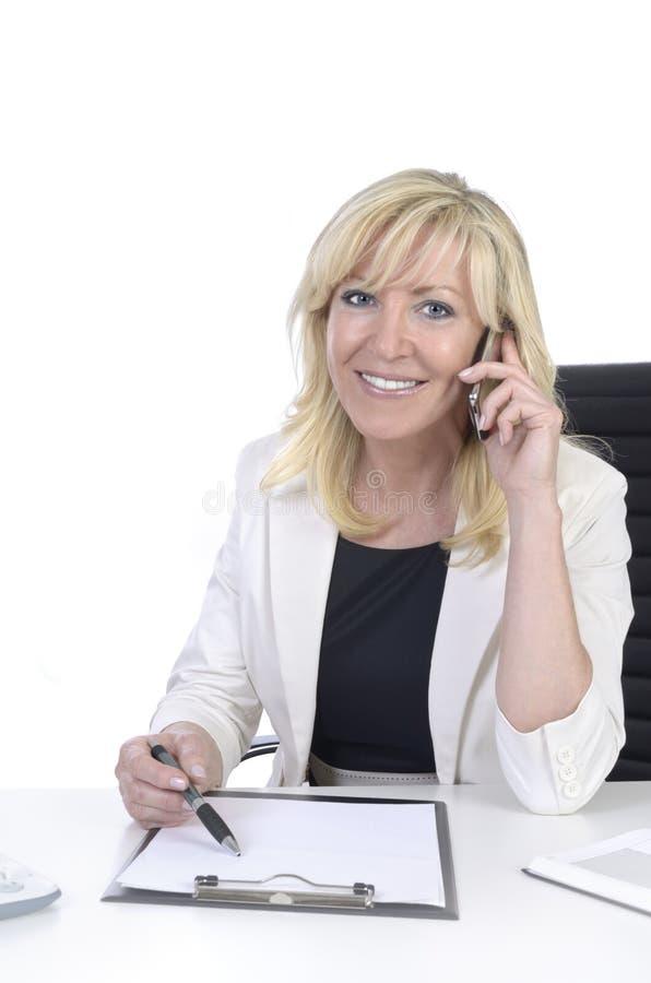 Donna di affari abbastanza maturi che parla con telefono cellulare fotografia stock libera da diritti
