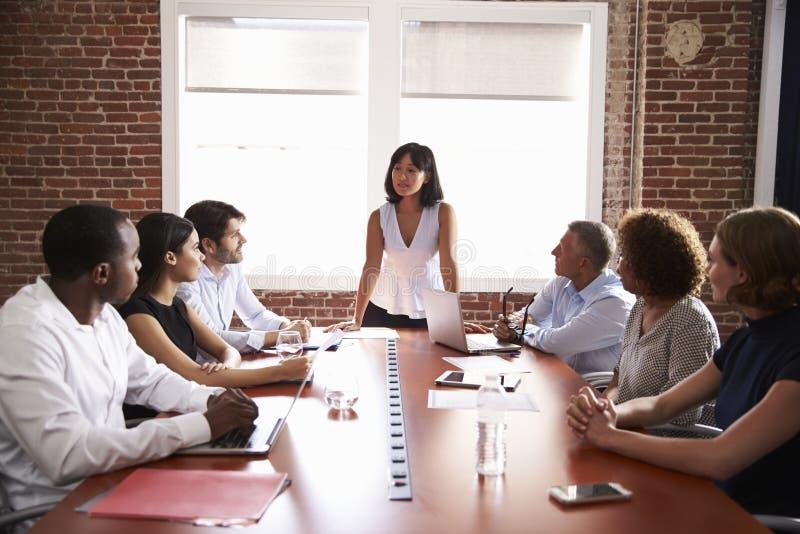 Donna di affari Addressing Boardroom Meeting immagini stock
