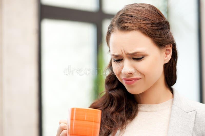 Donna di affari adorabile con la tazza fotografia stock
