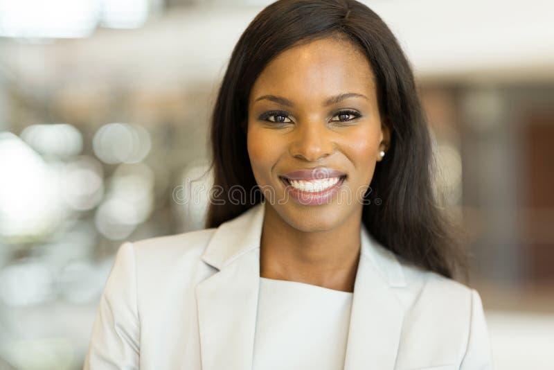 Donna di affari africana sveglia fotografie stock
