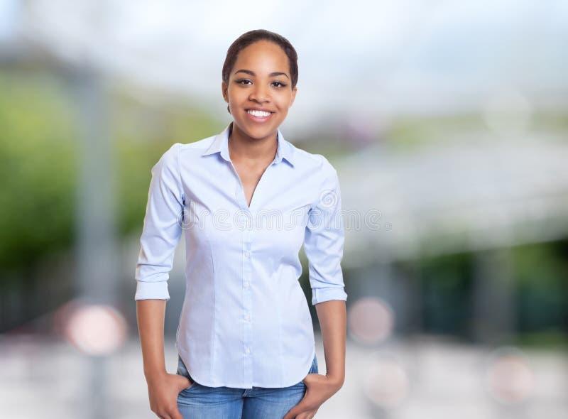 Donna di affari afroamericana allegra immagine stock
