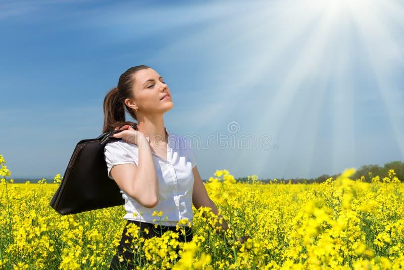 Donna di affari al giacimento di fiore immagini stock libere da diritti