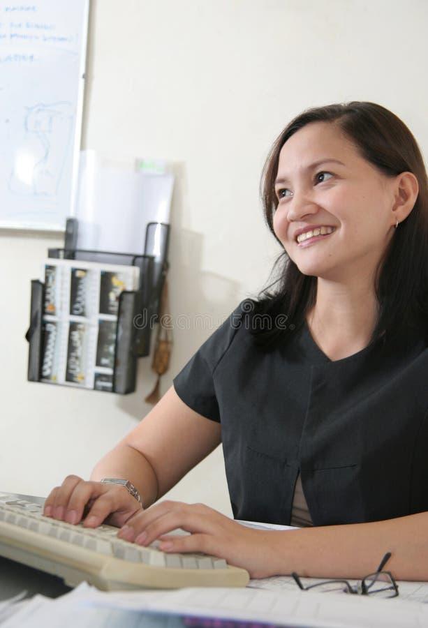 Donna di affari al suo ufficio immagine stock libera da diritti