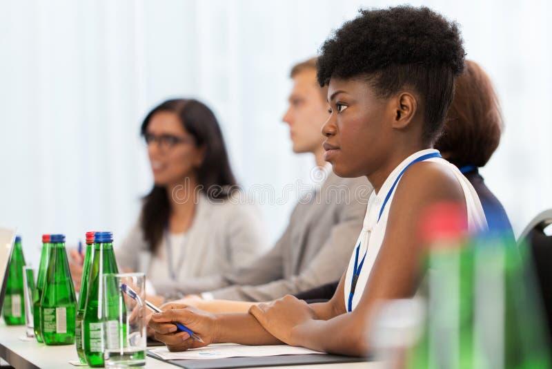 Donna di affari all'incontro di affari internazionale immagini stock