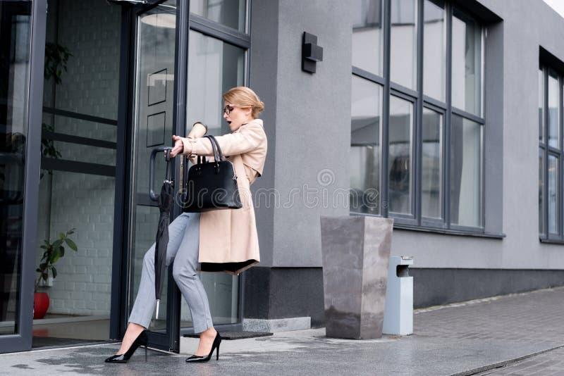 donna di affari alla moda con entrare eliminabile di caduta della tazza di caffè fotografia stock libera da diritti