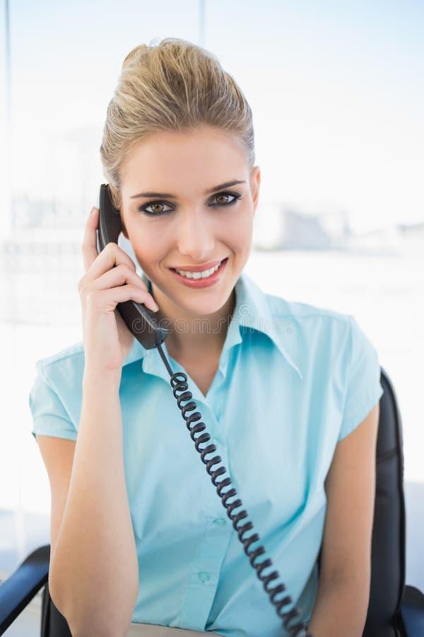 Donna di affari alla moda sorridente sul telefono immagini stock libere da diritti