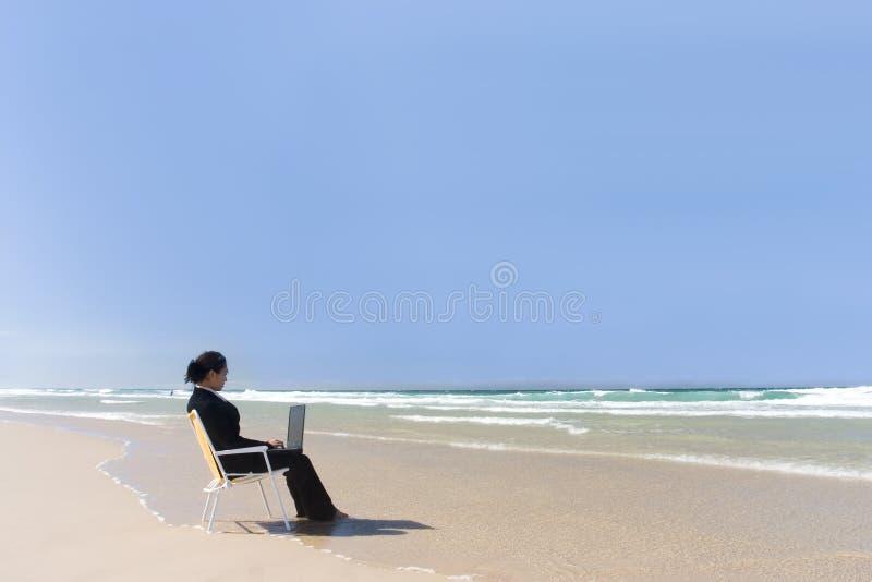Donna di affari alla spiaggia fotografia stock libera da diritti