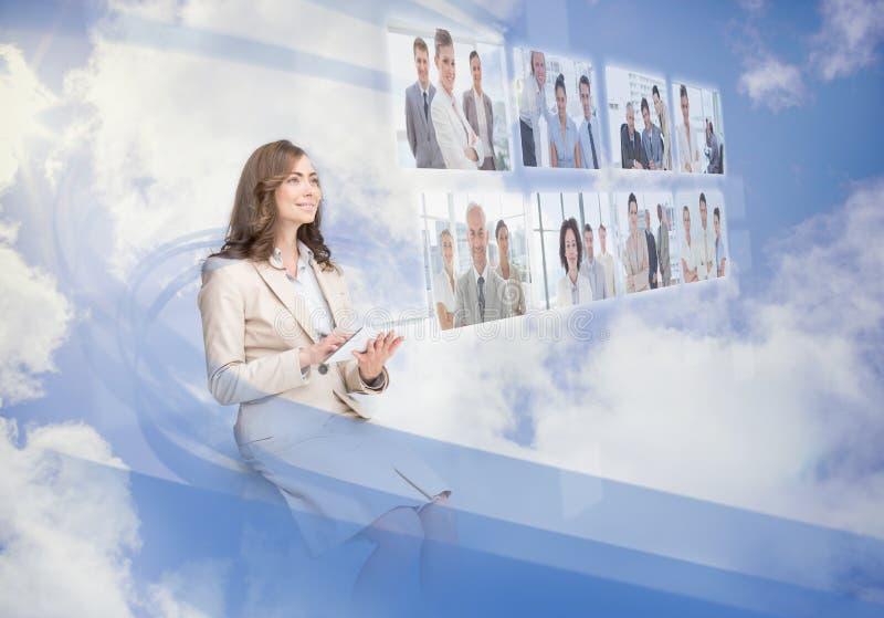 Donna di affari allegra che usando interfaccia digitale immagini stock libere da diritti
